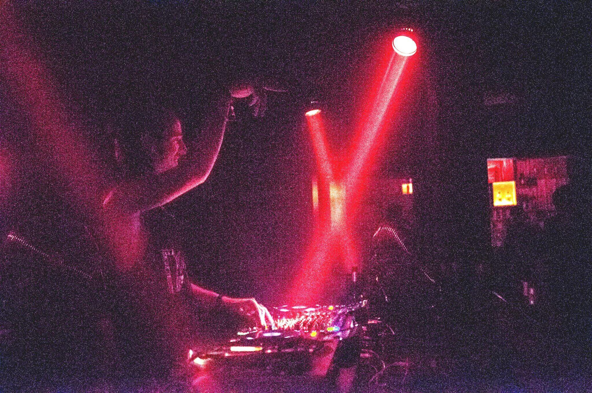 Schon mal aufs Wochenende einstimmen & ordentlich abshaken zu Techno-Beats von Maximillion, NICOO & Tim Gerlach! 💃