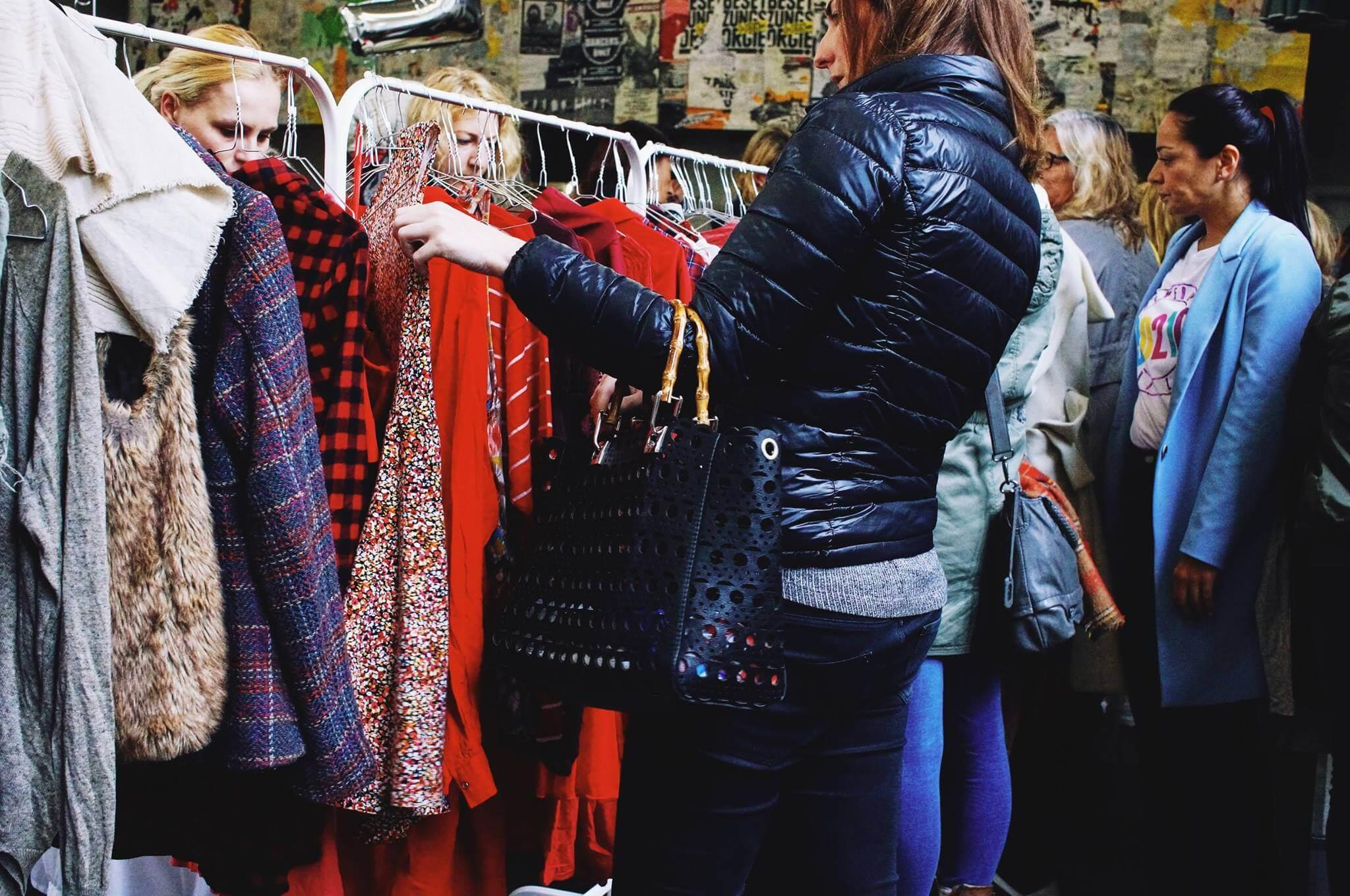 Ladies aufgepasst! Der Love Garments Market hält Kleidung, Accessoires & Schuhe aus zweiter Hand für dich bereit!