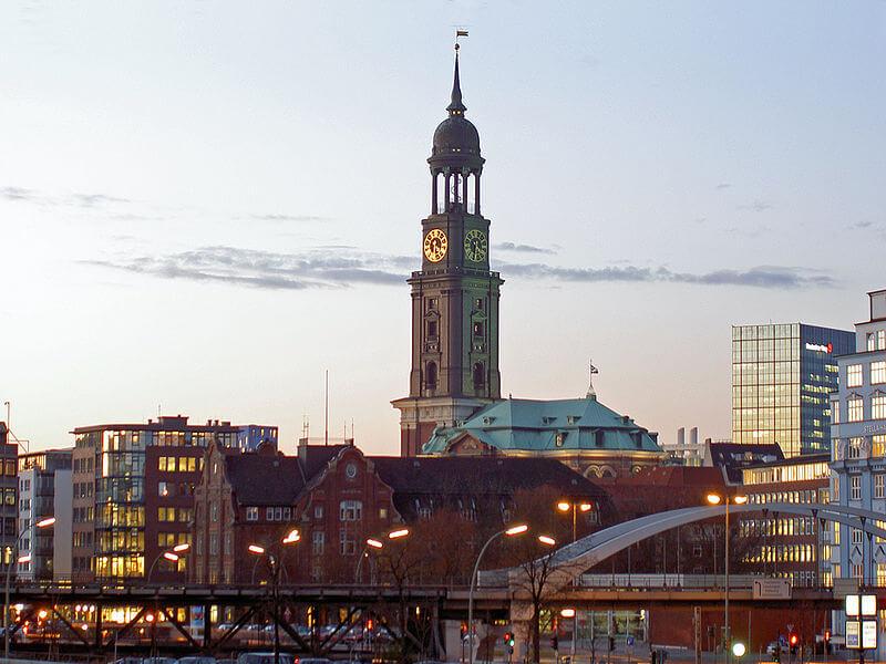 Ob sportlich mit der Treppe oder entspannt mit dem Fahrstuhl: Der Blick vom Michelturm lohnt sich am Ende immer! 😍