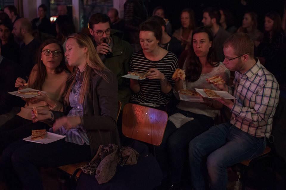 Comedy und Free Pizza – klingt nach einem Plan! Bei der International Comedy Night wird ordentlich gelacht!
