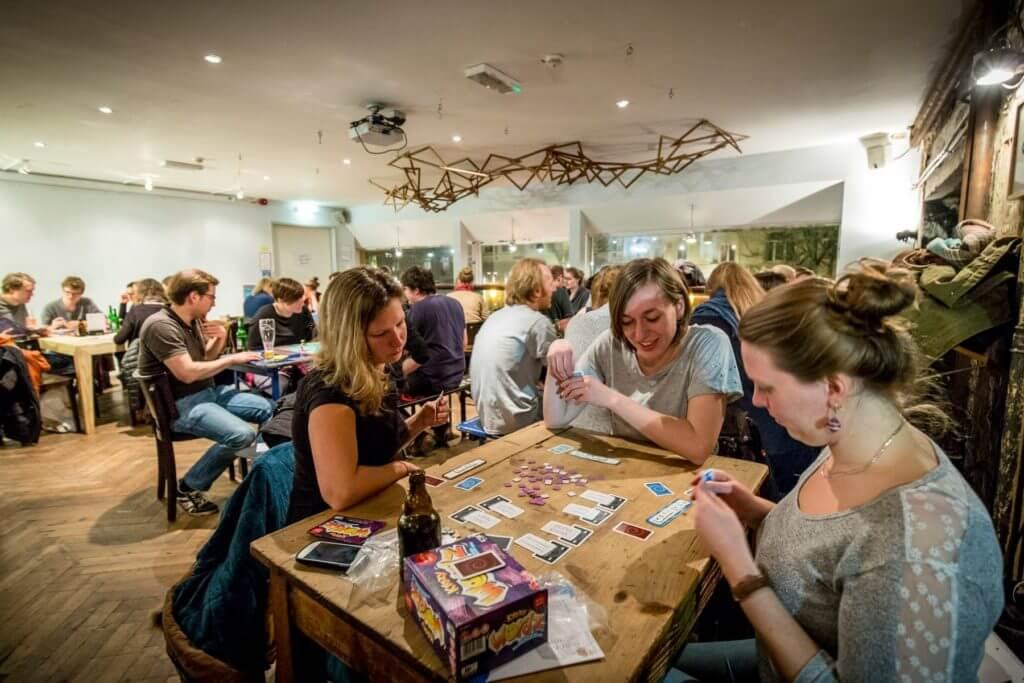 Spielkinder aufgepasst! Das Fuchsteufel Spielecafé hat eine große Auswahl an Gesellschaftsspielen in petto!