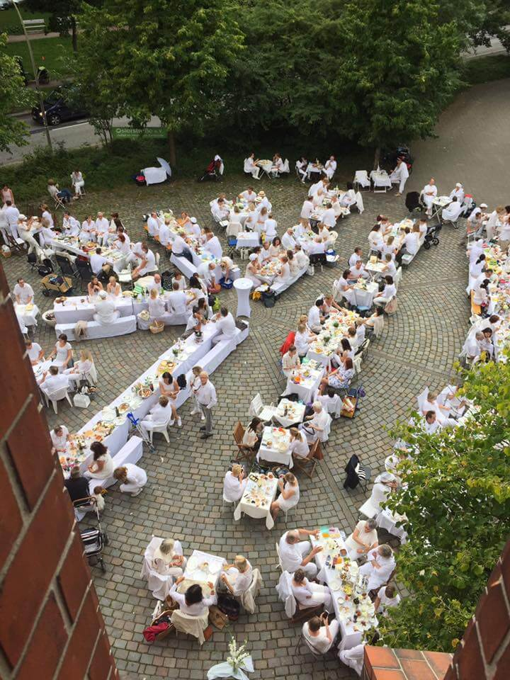 Stilvoll & yummy: Beim Weißen Dinner kommt dein Picknickkorb zum Einsatz.
