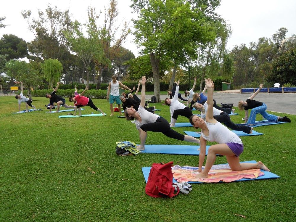 summertime yoga befreit dich vom alltagsstress und bringt k rper seele in einklang heute in. Black Bedroom Furniture Sets. Home Design Ideas