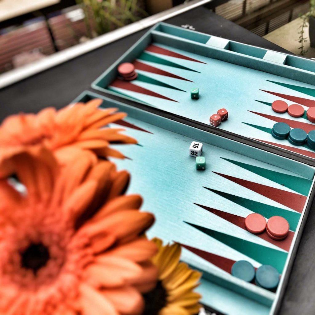 Puste noch schnell die Würfel an, damit beim Backgammon nichts schiefgehen kann!