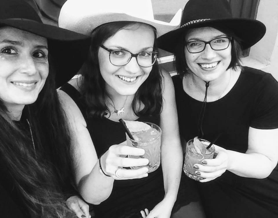 Die drei (B)engel bringen Lyrik, Prosa und jede Menge Skurriles in die Mathilde Bar!